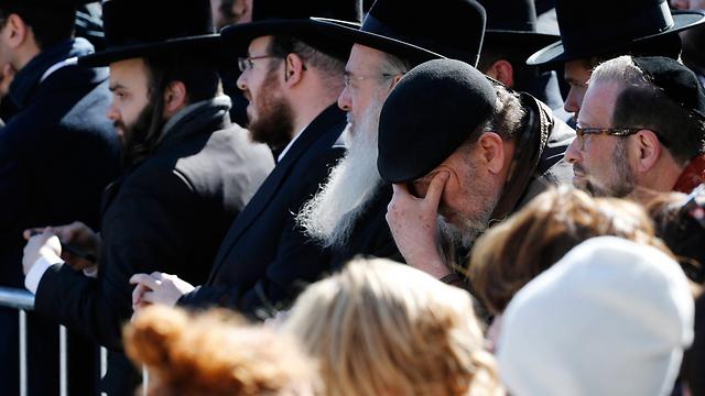 קהל האבלים ליד בית כנסת שומרי הדת, שם התקיים הטקס (צילום: AP)