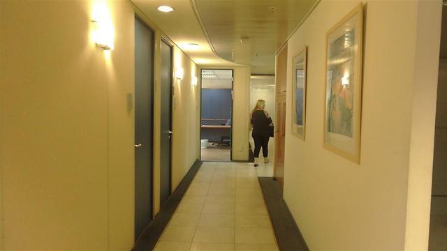 מבט אל הפרוזדור לפני השיפוץ: רצפה משולבת קרמיקה ושטיח. פרוזדור זה מוביל אל מבואת המנהלים ששודרגה באופי שונה מהפרוזדור הכללי (צילום: אורית בנדר) (צילום: אורית בנדר)