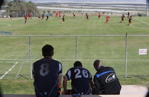 כדורגל בנוף מדברי. בקעת הירדן (צילום: אורן אהרוני) (צילום: אורן אהרוני)