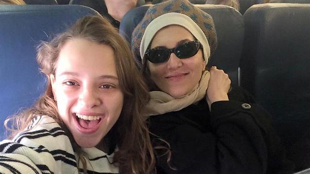 שירה האס וקרן מור. סלפי בדרך לאמריקה (צילום: ליבי טישלר) (צילום: ליבי טישלר)
