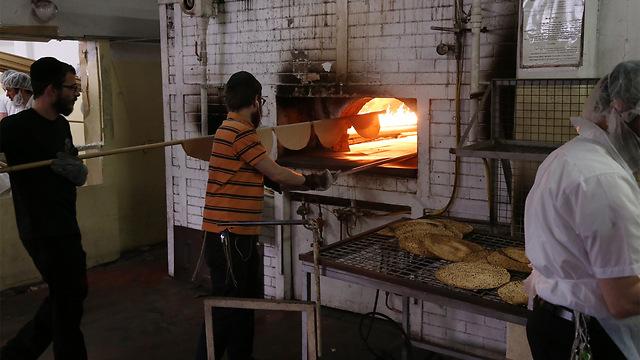 File photo. Matzah baking (Photo: Moti Kimchi)