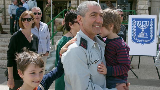 """האלוף נומה עם ילדיו (צילום: אוהד צויגנברג """"ידיעות אחרונות"""") (צילום: אוהד צויגנברג"""