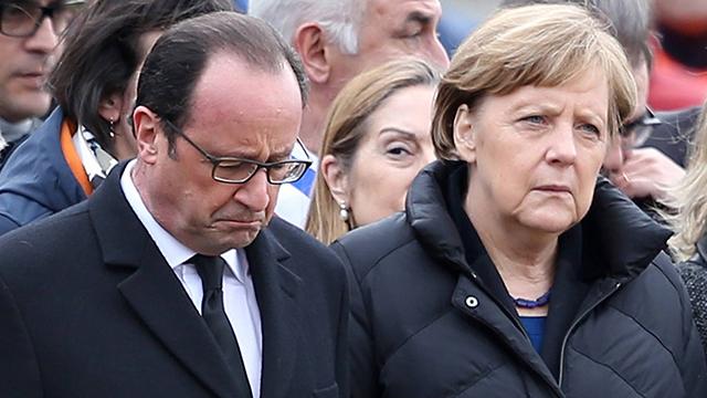 נשיא צרפת הולנד וקנצלרית גרמניה מרקל באזור ההתרסקות (צילום: Gettyimages) (צילום: Gettyimages)