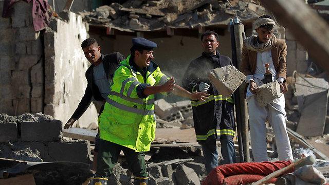 אחרי הפצצה סעודית בלילה שעבר בתימן (צילום: AFP) (צילום: AFP)