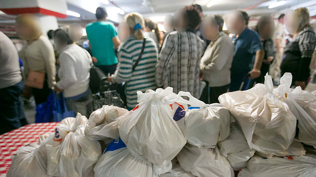 משפחות בתר לחלוקת מזון בפתחון לב בראשון לציון. ארכיון (צילום: עידו ארז)