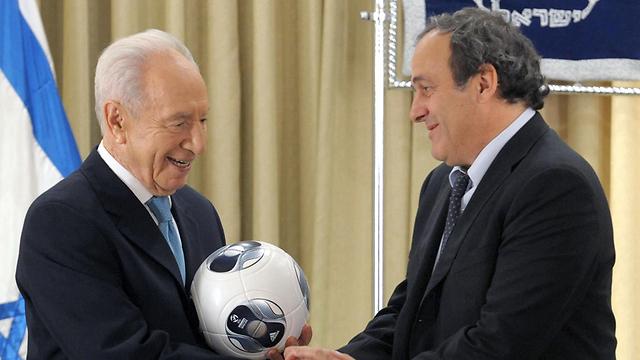 Then-president Peres with Platini (Photo: GPO)
