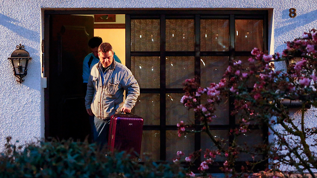 חיפושים בבית לוביץ (צילום: רויטרס) (צילום: רויטרס)