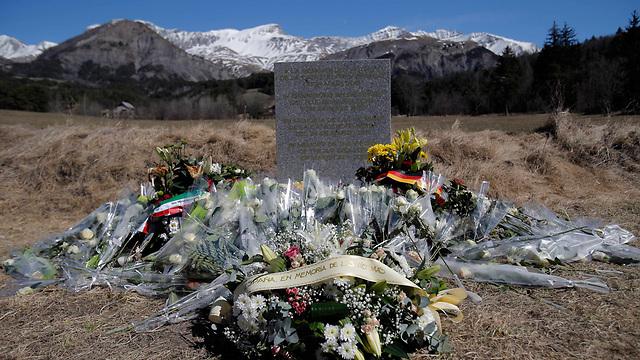 אנדרטה לזכר הרוגי האסון האיירבוס, באזור ההתרסקות (צילום: AP) (צילום: AP)
