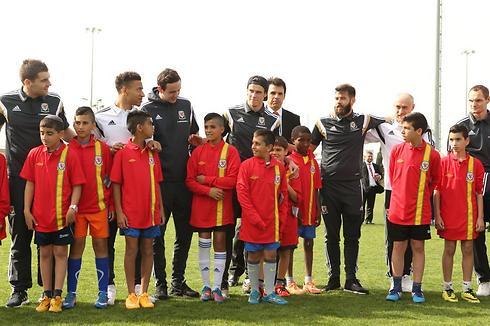 שחקני נבחרת וויילס משמחים את הילדים (צילום: אלעד גרשגורן) (צילום: אלעד גרשגורן)