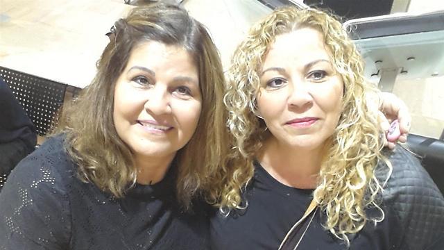 סימה גרבובסקי ואחותה נאוה בנישבת. כבר לא לחוצות אם אין סיגריות ( ) ( )