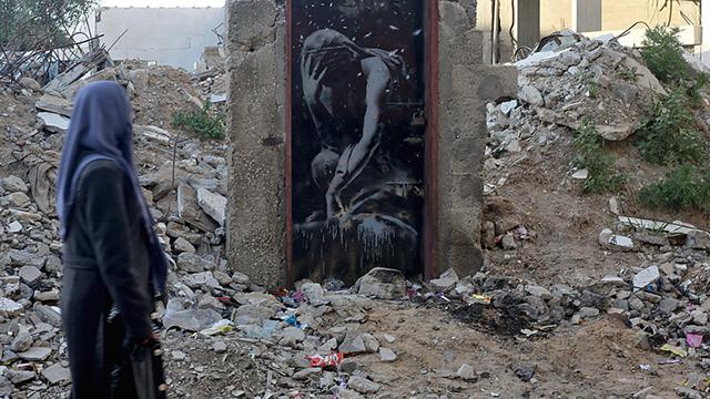 """""""נזקי הפצצה"""". ציורי בנקסי ברצועת עזה (צילום: EPA) (צילום: EPA)"""