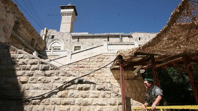 ראש העיר חברון הפלסטיני שרצח ישראלים ישב בקהל. ליד מערת המכפלה (צילום: גיל יוחנן)