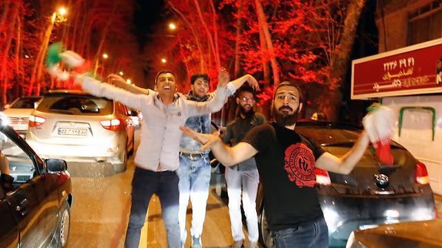החגיגות ברחובות טהרן לקראת הסרת הסנקציות המתקרבת (צילום: EPA)