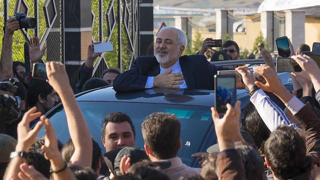 איראנים חוגגים עם שר החוץ זריף בשובו לטהרן (צילום: MCT)