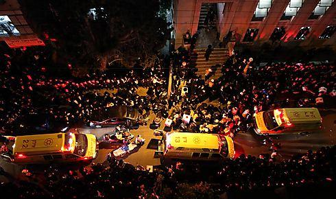 """הפינוי מזירת האסון (צילום: שלומי כהן, """"כיכר השבת"""") (צילום: שלומי כהן,"""