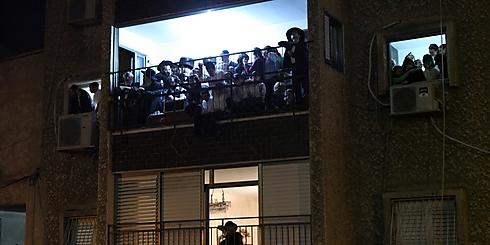 """מצטופפים גם על המרפסות (צילום: שלומי כהן, """"כיכר השבת"""") (צילום: שלומי כהן,"""