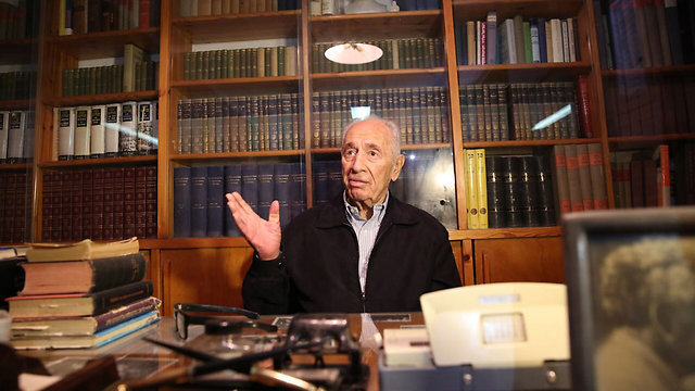 Peres at Ben-Gurion's home in Sde Boker, years later (Photo: Elad Malka, Channel 9)