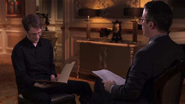 אוליבר מציג לסנואודן תמונות עירום שלו לכאורה (צילום: מתוך יוטיוב) (צילום: מתוך יוטיוב)