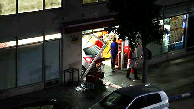 הנזק למרכול ולמכונית, אמש בתל אביב ()