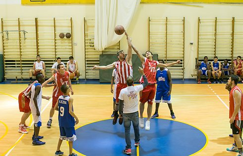 The Jerusalem 48ers play a practice game against the Hapeol Jerusalem national youth team (Photo: Ohad Zwigenberg)