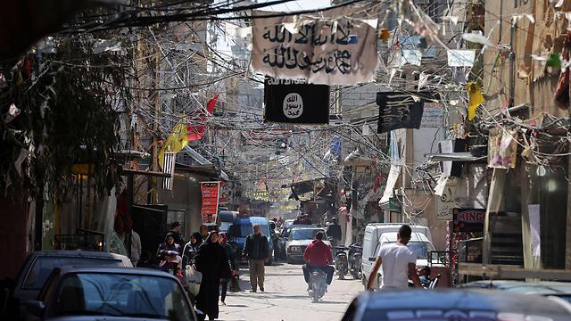 דגלי דאעש מתנוססים במחנה עין אל-חילווה בלבנון (צילום: AFP) (צילום: AFP)