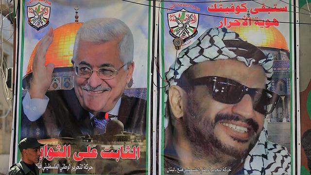 תמונות ערפאת ואבו מאזן על הקירות בעין אל-חילווה (צילום: AFP) (צילום: AFP)