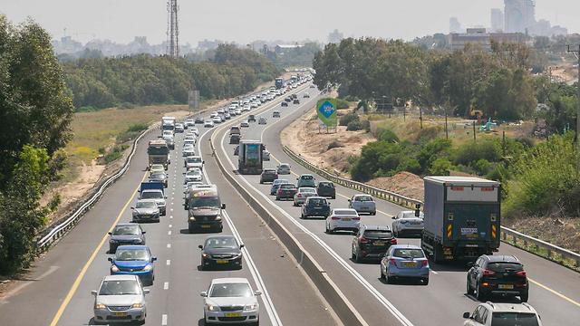 כבישים, והמון מכוניות. ישראל 2015 (צילום: עידו ארז) (צילום: עידו ארז)