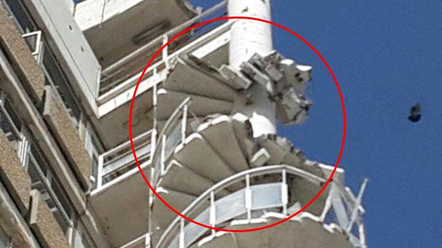 גרם המדרגות החיצוני שקרס בבית אל על (צילום: עמית קוטלר) (צילום: עמית קוטלר)