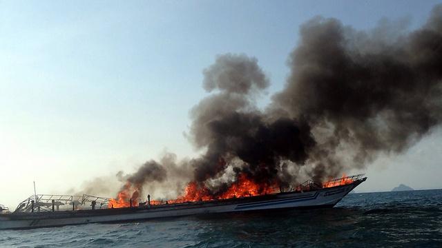 הספינה שעלתה באש בתאילנד (צילום: AFP) (צילום: AFP)