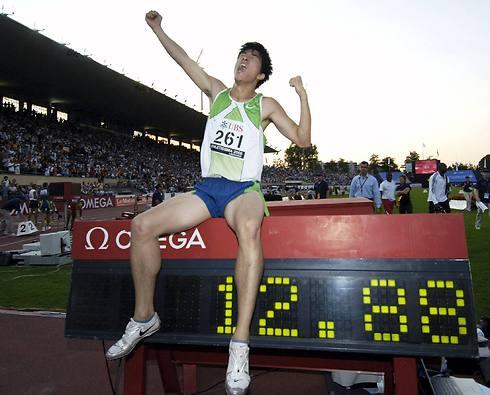 ליו ולוח התוצאות המראה את שיא העולם (צילום: רויטרס) (צילום: רויטרס)