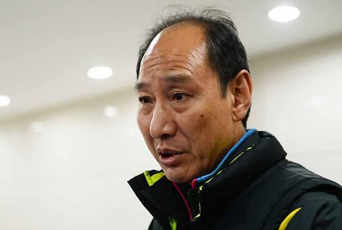 מאמנו של ליו, סאן האיפינג. לא הייתה דרך להמשיך (צילום: AFP) (צילום: AFP)