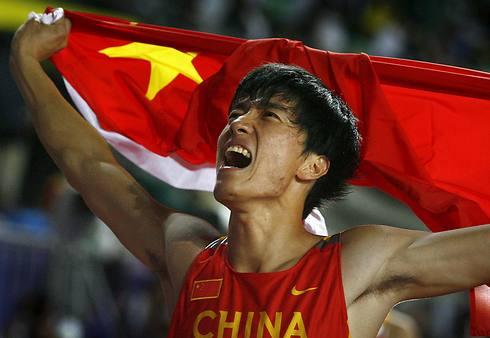 חוגג עם דגל סין (צילום: רויטרס) (צילום: רויטרס)