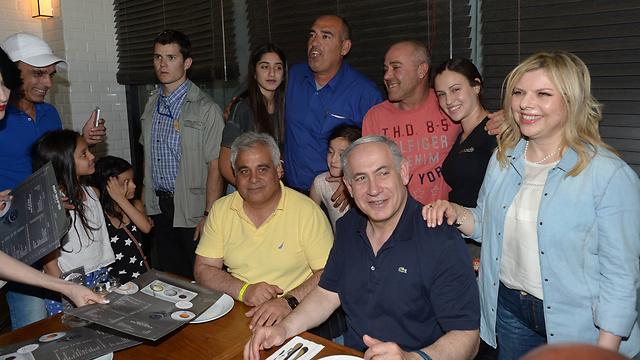 Netanyahu and wife Sara visit southern Israel during Passover holiday. (Photo: Amos Ben Gershom / GPO)