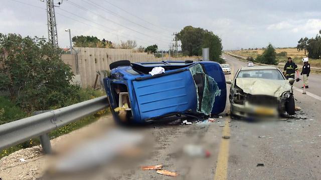 """התאונה בכביש 42. אישה נהרגה (צילום: דוברות מד""""א) (צילום: דוברות מד"""
