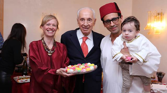 Former President Peres with Malka family in Tel Aviv (Photo: Elad Malka) (Photo: Elad Malka)