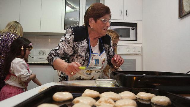 Preparing sweets in Beit Shemesh (Photo: Gil Yohanan) (Photo: Gil Yohanan)