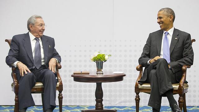 אחראים למהלך. הנשיאים אובמה וקסטרו (צילום: AP) (צילום: AP)