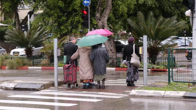 גשם ומטריות בתל אביב (צילום: מוטי קמחי) (צילום: מוטי קמחי)
