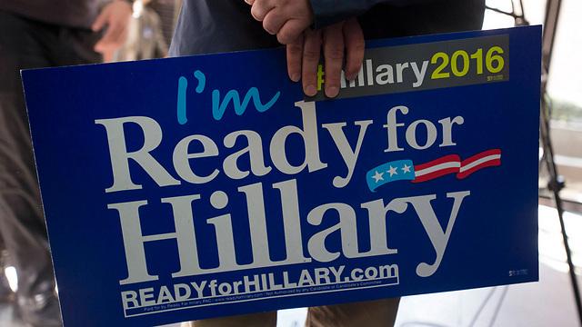 """השלטים מוכנים. """"אני מוכן להילרי"""" (צילום: רויטרס) (צילום: רויטרס)"""