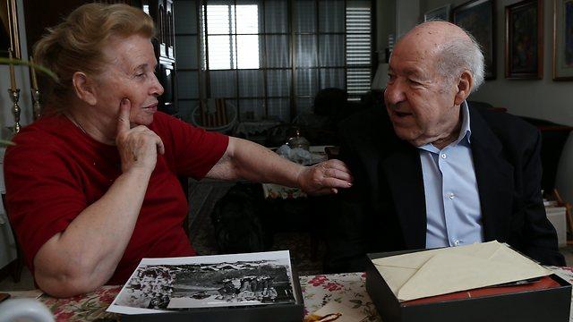 Shlomo Perel in his home (Photo: Shaul Golan)