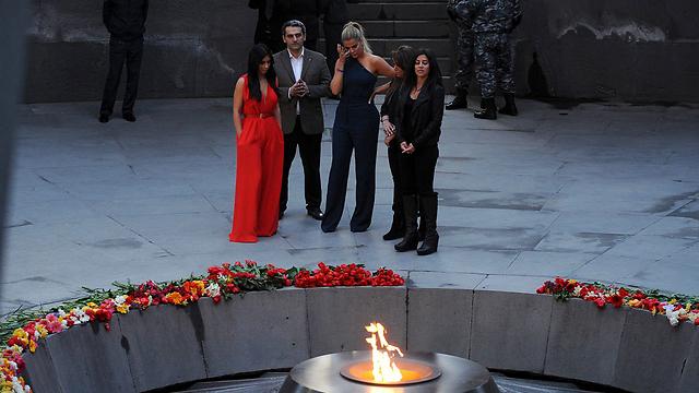 משפחת קרדשיאן באנדרטה לקורבנות רצח העם (צילום: AFP) (צילום: AFP)