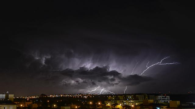 סערת ברקים באזור השרון, אמש (צילום: אלי בצרי) (צילום: אלי בצרי)