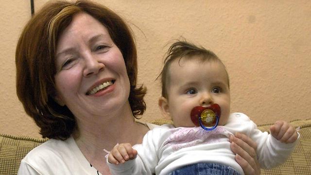 לפני עשור ילדה את בתה ה-13, עת הייתה בת 55 (צילום: EPA) (צילום: EPA)