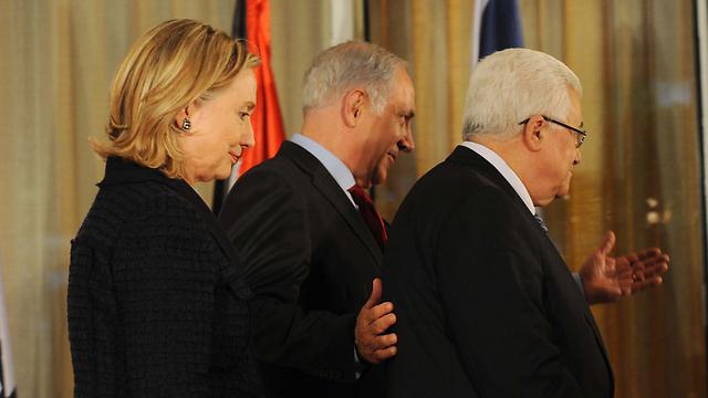 """המאמץ כמזכירת המדינה נכשל. עם ראש הממשלה נתניהו ואבו מאזן (צילום: אבי אוחיון, לע""""מ) (צילום: אבי אוחיון, לע"""