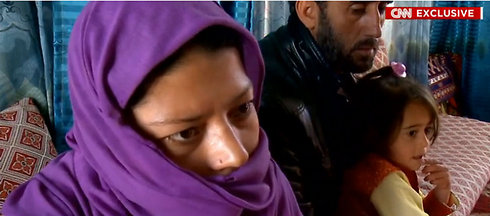 לא מסתכלת לבעלה בעיניים. גולנאז ליד בתה סמייל והאיש שאנס אותה (צילו: CNN)