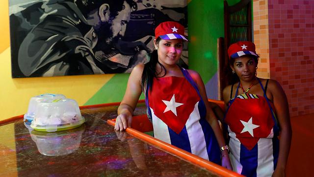 הקובנים מחכים לתיירים האמריקנים. עובדות בבית קפה בהוואנה (צילום: רויטרס) (צילום: רויטרס)