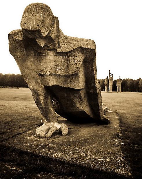 קורס אל האדמה. פסל האסיר במחנה (צילום: Anatoly V. Istomin)