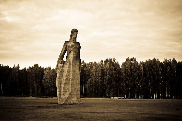 מגוננת עד הרגע האחרון. פסל האם וילדיה (צילום: Anatoly V. Istomin)