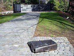 מזוודה על השביל באנדרטת אורגון לשואה (צילום: מתוך אתר עריית אורגון)