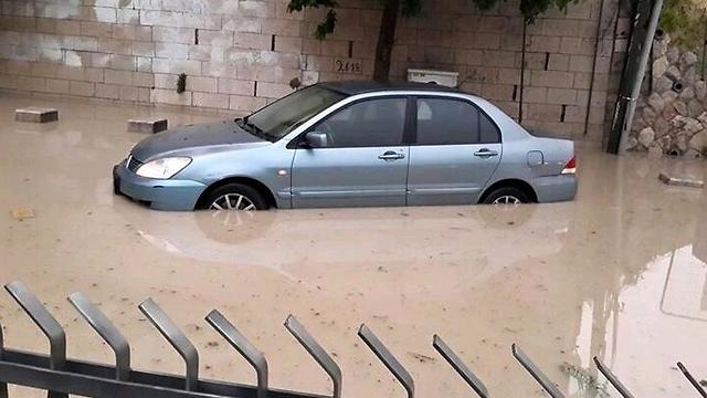 רכב שנקלע להצפה בשכונת סילוואן (צילום: Jerusalem field researchers) (צילום: Jerusalem field researchers)